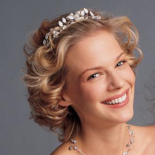 Peinado semirecogido para novias o madrinas con cabello corto